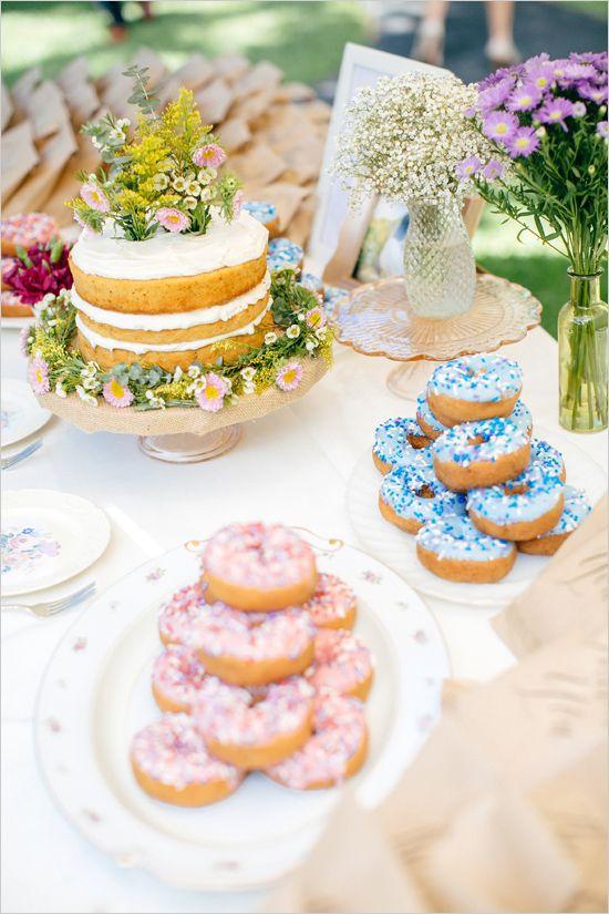 mesa de postres para boda en el jardin - Las Mesas de Dulces en las Bodas