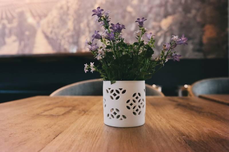brigitte tohm 104362 unsplash - Cómo decorar un centro de mesa con flores